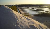 Salinas: montes de sal espalhados pelas salinas